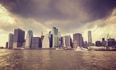 Sticker Lila alten Film stilisierten regnerischen Wolken über Manhattan Waterfront, NYC.