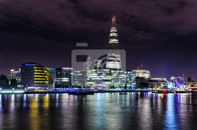 London Skyline mit Lichter, die sich aus der Themse