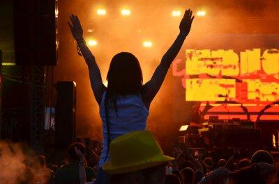 Mädchen mit Händen tanzen, singen und hören die Musik während der Konzert-Show auf Sommer-Musik-Festival