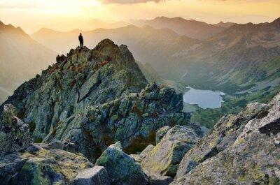 Man auf der Oberseite des Hügels beobachten wunderbare Landschaft in den Bergen im Sommer bunte Sonnenuntergang in der Hohen Tatra in der Slowakei