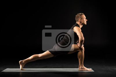 Man steht in Yoga-Position