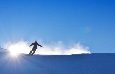 Mann auf Ski ist Skifahren auf Schnee während wunderbar sonnigen Tag, am besten für den Winter Extremsport