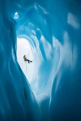Sticker Mann Rappelling Vergangenheit Öffnung der blauen Eishöhle auf Matanuska Gletscher, Alaska