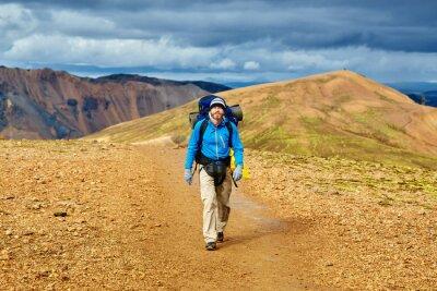 Mann Wanderer auf der Spur in der Rhyolite Islandic Berge. Wanderung im Nationalpark Landmannalaugar, Island
