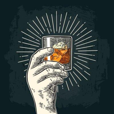 Sticker Männliche Hand, die Glaswhisky mit Strahl hält