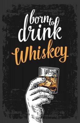 Sticker Männliche Hand hält ein Glas mit Whiskey und Eiswürfel. Vintage Vektor-Gravur Illustration für Label, Poster, Einladung zu einer Party