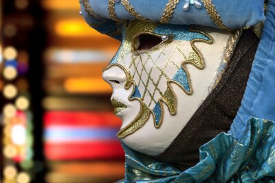 Maschera di carnevale veneziana con sfondo colorato sfuocato