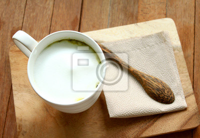 Matcha grüner Tee heiß latte mit Holzlöffel