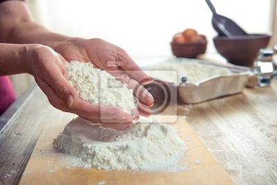 Mehl in weiblichen Händen