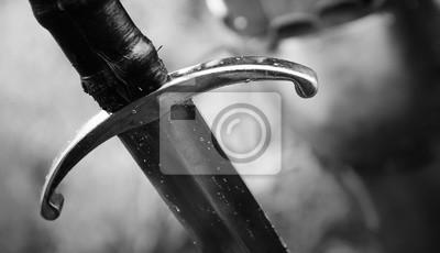 Sticker Mittelalterlicher Ritter mit Klinge in der Rüstung als Art Game of Thrones im Kampf- oder Turnierschwarzweiss-altem Foto