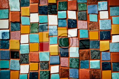 Sticker Mosaik mit farbigen Fliesen an einer Wand
