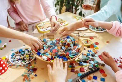 Sticker Mosaikpuzzlespielkunst für Kinder, kreatives Spiel der Kinder. zwei Schwestern spielen Mosaik