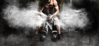Sticker Muskulöses Manntraining mit kettlebell an der Turnhalle
