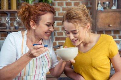 Mutter und Tochter Kochen zusammen