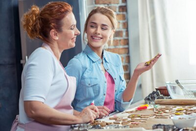 Mutter und Tochter machen Cookies