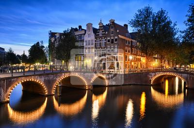 Nachtszene an einer Gracht in Amsterdam