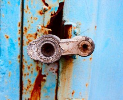Nahaufnahme des alten Schlosses auf blauem Metall Garagentor