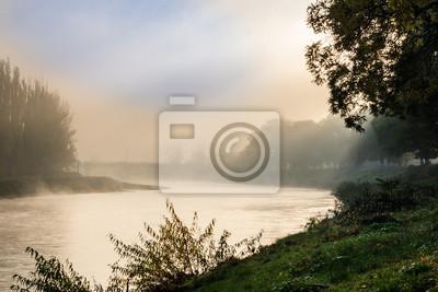 Nebel im Herbst auf dem Fluss