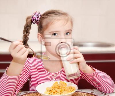Sticker Nettes kleines Mädchen, das Frühstück Trinkmilch