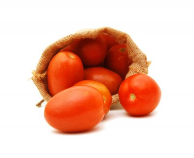 neue Tomaten im Leinwandsack auf weißem Hintergrund
