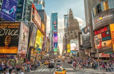 Sticker NEW YORK CITY - 12. Juni 2013: Nachtansicht des Times Square Lichter. Times Square ist ein viel befahrenen touristischen Schnittpunkt der Neon-Kunst und Kommerz und ist eine Ikone Straße von New York