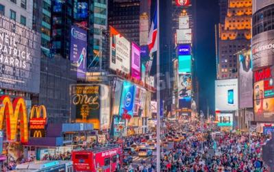 Sticker NEW YORK CITY - 8. Juni 2013: Touristen auf dem Times Square in der Nacht. Mehr als 50 Millionen Menschen besuchen New York jedes Jahr.