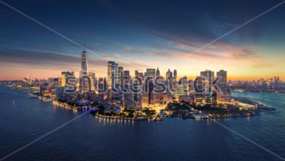 Sticker New- York Citypanoramaskyline bei Sonnenaufgang. Manhattan-Bürogebäude / Wolkenkratzer am Morgen. Panoramischer Schuss New York City.