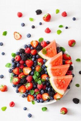 Sticker Obst- und Beerenplatte über Weiß.  Blaubeere, Erdbeere, Himbeere, Brombeere, Wassermelone