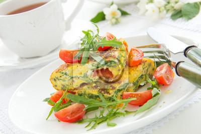 Omelett (Frittata) mit Tomaten und Kräutern.