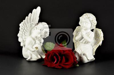 Ornamental Engel mit roten Rose für Geschenke, isoliert auf schwarz