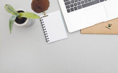 Overhead Schreibtisch Ansicht mit einem Laptop-Computer-Notizblock und Anlage