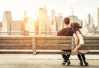 Sticker Paar entspannenden auf New York Bank vor der Skyline bei Sonne