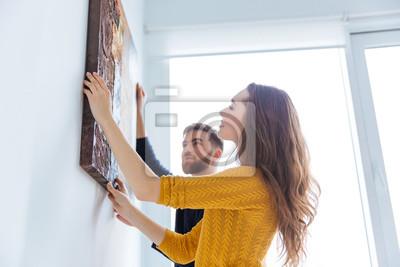 Sticker Paar hängende Bild an der Wand