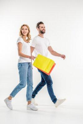 Paar zu Fuß mit Einkaufstüten