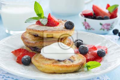 Pancakes mit Blaubeeren und Erdbeeren.