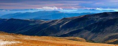 Sticker Panoramablick auf die herbstlichen Berge und Gipfel mit dem ersten Schnee bei Sonnenuntergang bedeckt.