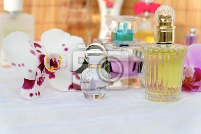 Parfüm-Flaschen auf dem Dressing table.different Flaschen Parfüm mit Orchidee