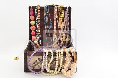 Perlen in die Brust und verschiedene natürliche Schmuck