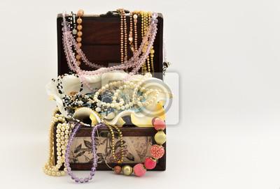 Perlen in eine Vintage Luxus Brust und verschiedenen Schmuck