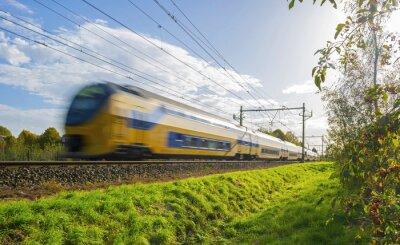 Sticker Personenzug mit hoher Geschwindigkeit bewegt im Sonnenlicht