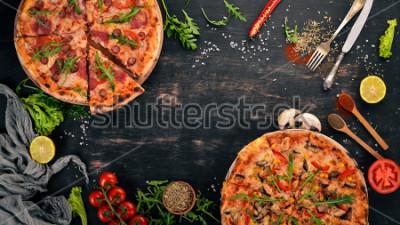 Sticker Pizza mit Hähnchen und Pilzen. Draufsicht Auf einem hölzernen hintergrund. Platz kopieren.