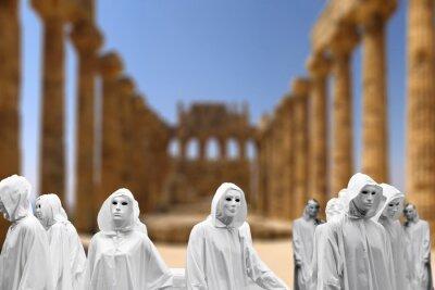 Priesterin und Zauberer feiern sie, magisches Ritual im heiligen Tempel, mit magischer weißer Maske okkulte Masonic Lodge