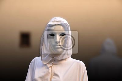 Priesterin und Zauberer mit magischer Maske okkulte Freimaurerhütte