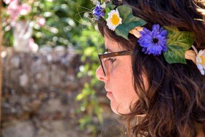 Ragazza con ghirlanda di fiori