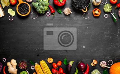 Sticker Rahmen der Bio-Lebensmittel. Frisches rohes Gemüse mit schwarzen Bohnen.