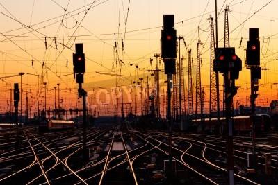 Sticker Railroad Tracks an einer Haupt Bahnhof bei Sonnenuntergang.