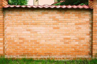 Red Brick Wall Hintergrund mit grünem Gras