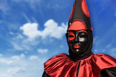 Red Pierrot Karneval Maske, mit Himmel Hintergrund und Wolken, Venedig, Italien
