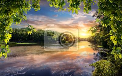 Reflexion des Sonnenuntergangs im Fluss