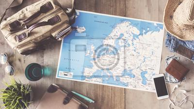 Sticker Reisekonzept auf hölzernen Hintergrund